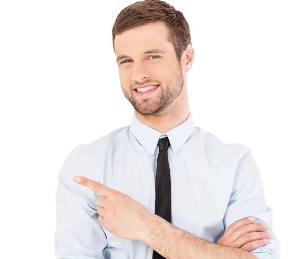Biznesmen wskazuje palcem